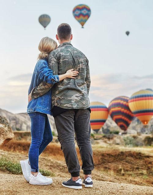 couple looking at air balloons